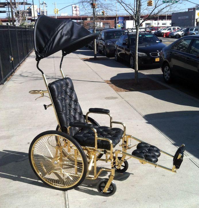 Lady Gaga разъезжает в дизайнерском инвалидном кресле